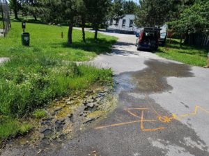 Únik vody z poškodeného potrubia - Devín